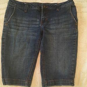 Juniors medium wash denim Bermuda shorts